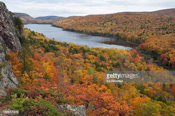 lake of the clouds and autumn color, michigan - parque estatal de porcupine mountains wilderness fotografías e imágenes de stock