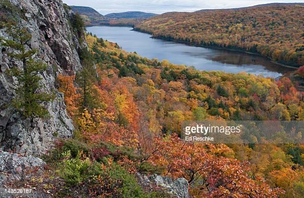 lake of the clouds and autumn colors, michigan - parque estatal de porcupine mountains wilderness fotografías e imágenes de stock