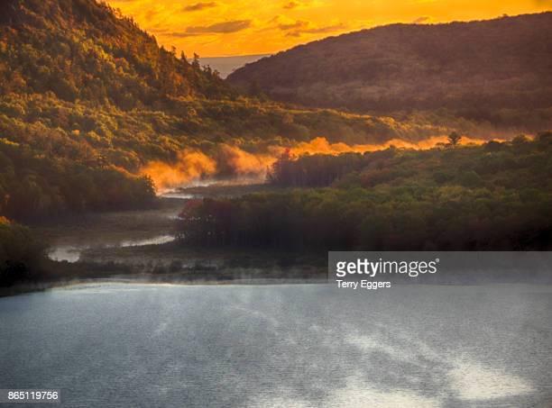 lake of the clouds with fall color - parque estatal de porcupine mountains wilderness fotografías e imágenes de stock