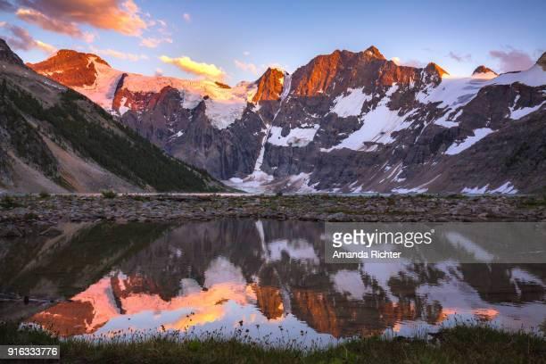 lake of the hanging glacier sunset - amanda rosa fotografías e imágenes de stock