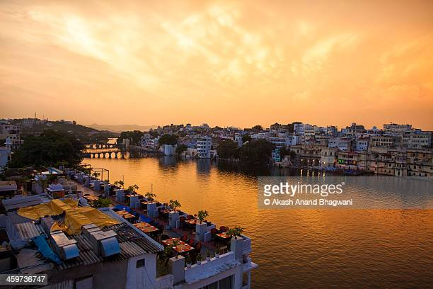 lake pichola, udaipur - udaipur stock pictures, royalty-free photos & images