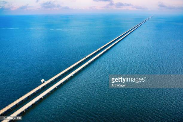lake pontchartrain causeway antenne - golfküstenstaaten stock-fotos und bilder