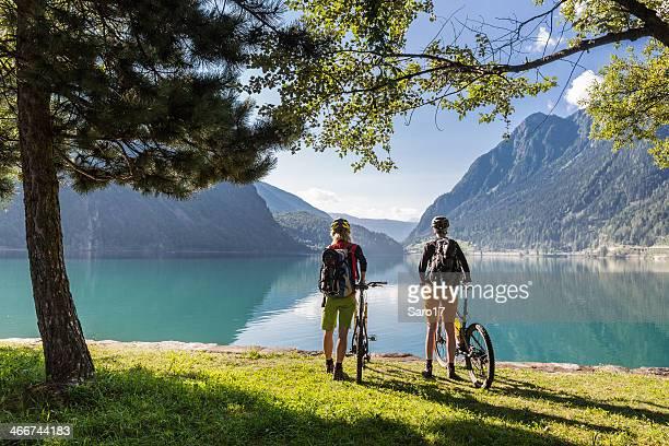 lake poschiavo ausblick, schweiz - kanton graubünden stock-fotos und bilder