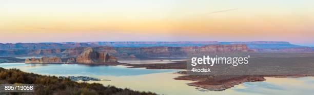 lake powell, utah panorama bij zonsondergang - powellmeer stockfoto's en -beelden