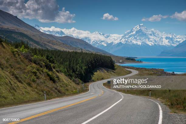 lake pukaki and way to mt.cook at peter's lookout , new zealand - curved arrows stock-fotos und bilder