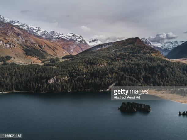 lake sils and snow capped mountains, switzerland - kanton graubünden stock-fotos und bilder