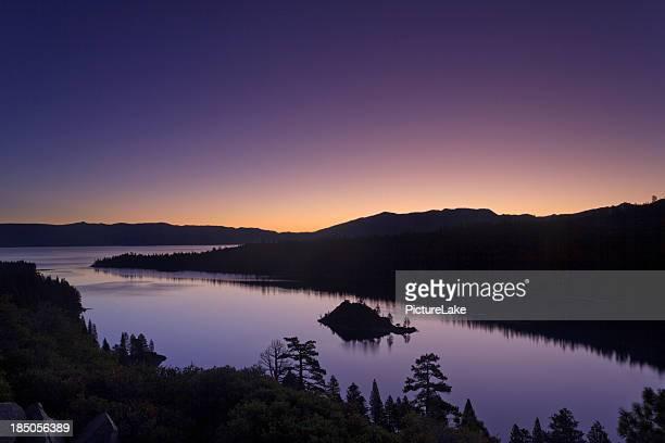 lake tahoe エメラルド色の湾の日の出 - サウスレイクタホ ストックフォトと画像