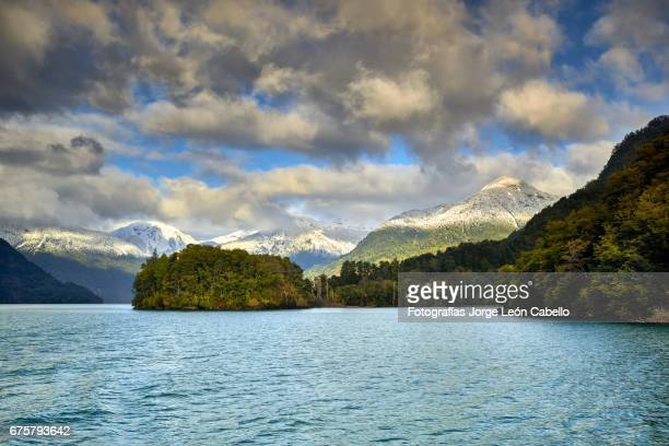 lake todos los santos surrounding winter view during the andean lake crossing - azul turquesa stockfoto's en -beelden