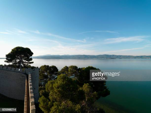 lake trasimeno and the walls of castello del leone - leone x stock pictures, royalty-free photos & images