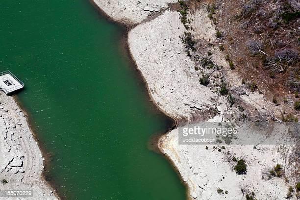 トラヴィス湖で AustinTexas 干ばつに表示されます。