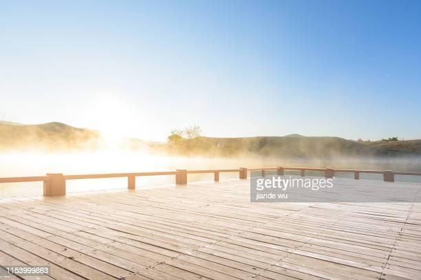 lake view and viewing platform at sunrise - terrasse panoramique photos et images de collection