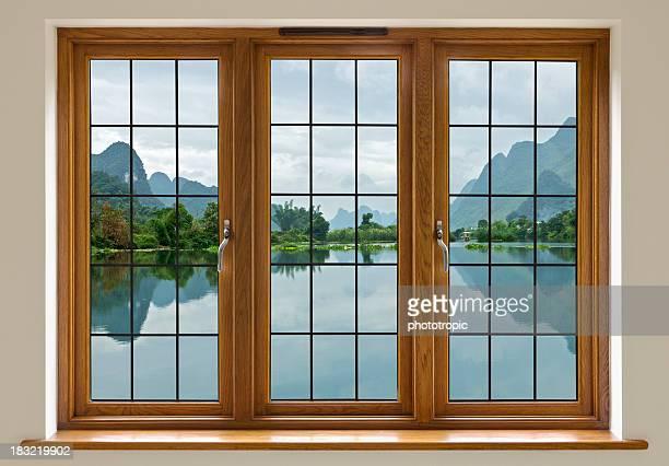 湖の眺めをリード線付きのガラス窓