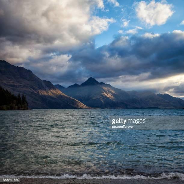 Lake Wakatipu bei Queenstown in den bemerkenswerten Bergen von Neuseeland
