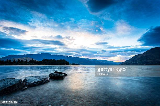 lake wakatipu at sunrise, queenstown, new zealand - otago region stock pictures, royalty-free photos & images