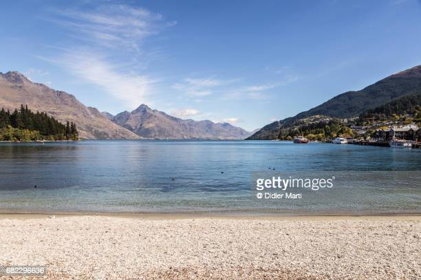 lake wakatipu in the queenstown town center in new zealand - lakeshore stock pictures, royalty-free photos & images