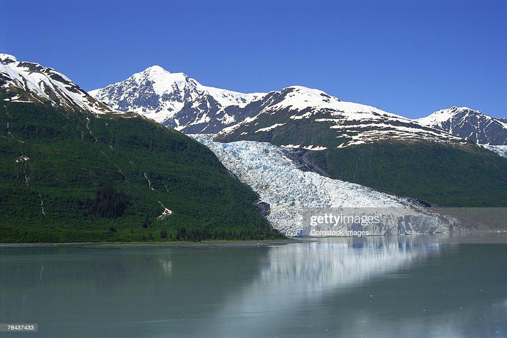 Lake with glacier and mountains : Stockfoto