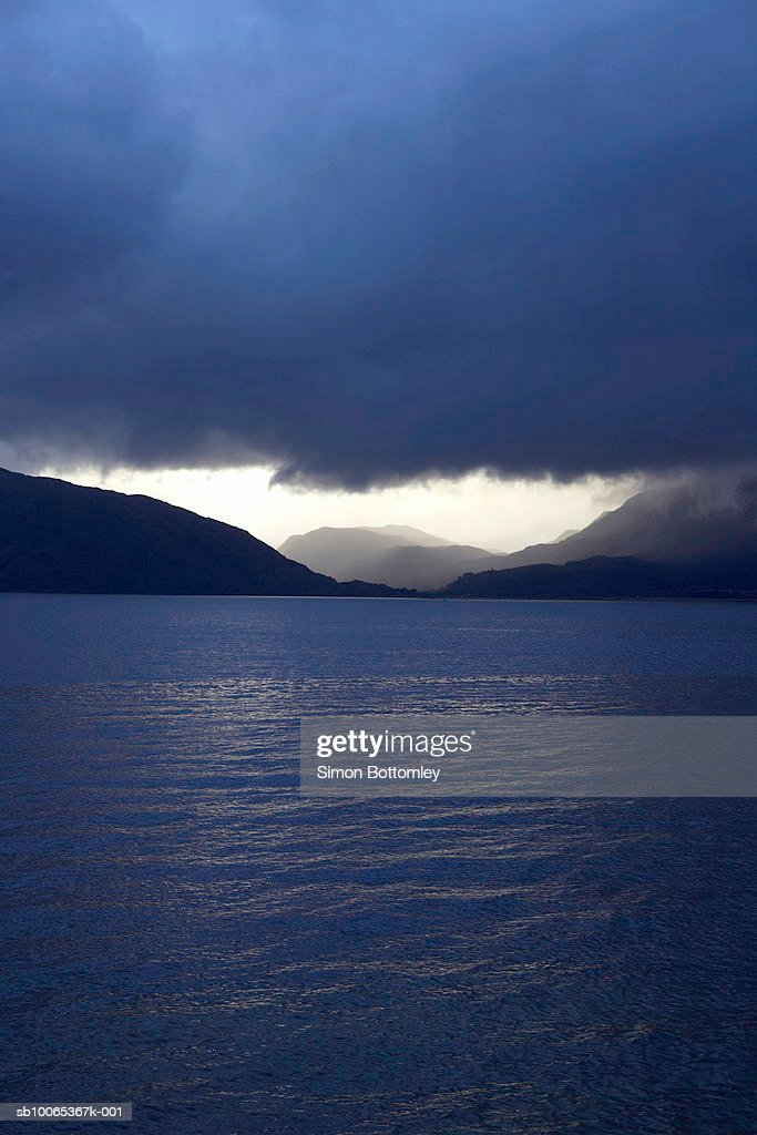 Lake with overcast sky at dusk : Foto stock