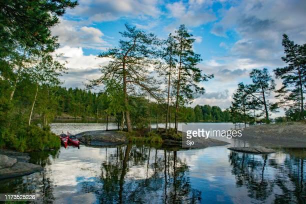 lago com árvores e rochas no distrito do lago dalsland, na suécia. - dalsland - fotografias e filmes do acervo