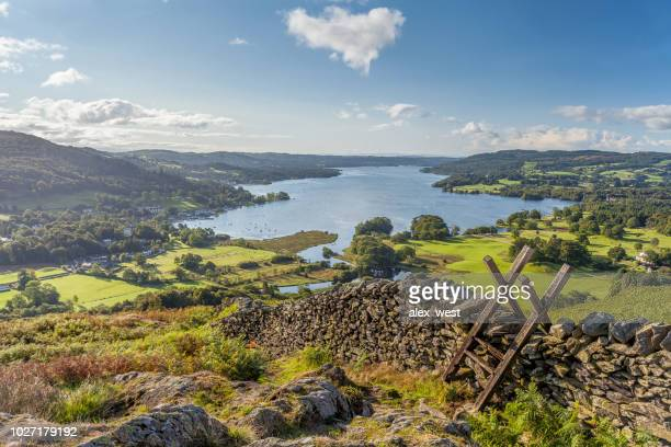lakeland weergave van windermere van loughrigg viel. - lake district stockfoto's en -beelden