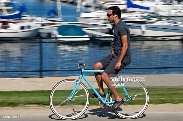 lakeshore cyclists in chicago - hands free cycling stock pictures, royalty-free photos & images