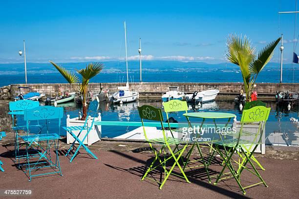 lakeside in evian-les-bains, lake geneva, france - terrasse de café photos et images de collection