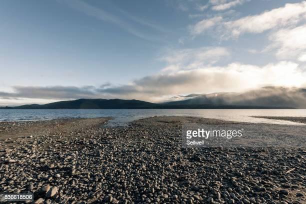 lakeside of lake te anau - margem do lago - fotografias e filmes do acervo