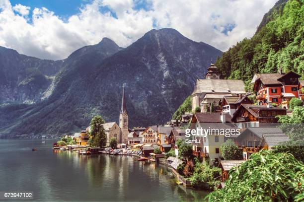 lakeside village - hallstatt stockfoto's en -beelden