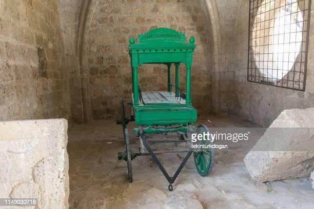 lala mustafa pasha mesquita cadáver carrinho de transporte em famagusta magusa nicosia na empresa turkish northern cyprus - dead body - fotografias e filmes do acervo