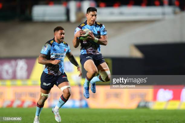 Lalakai Foketi of the Waratahs jumps to catch the ball during the round five Super Rugby Trans Tasman match between the NSW Waratahs and Chiefs at...
