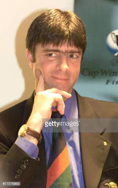 l'allemand Joachim Loew entraîneur du club allemand VfB Stuttgart pose le 12 mai 1998 à Stockholm lors d'une conférence de presse à la veille de la...