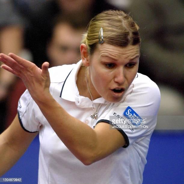 l'Allemande Anke Huber râle apres un point perdu face à la Française Amélie Mauresmo le 11 février 2001 au stade Pierre de Coubertin à Paris lors de...
