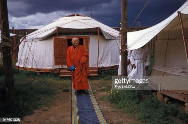 Lama devant sa yourte en Mongolie