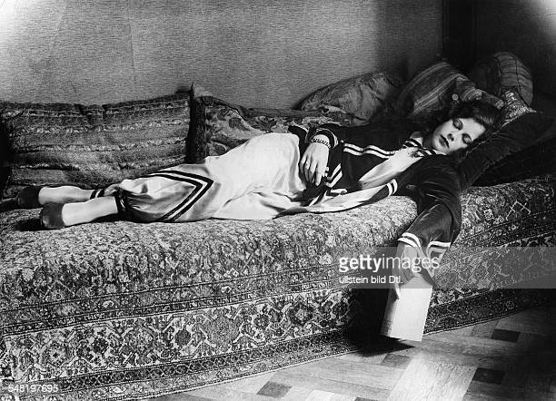 Lamarr Hedy Actress Austria * Portrait lying on a bed ca 1931 Published in ' BZ' Vintage property of ullstein bild