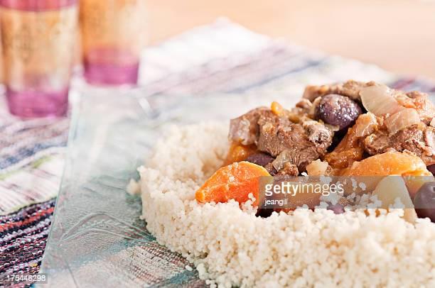 tajine d'agneau avec du couscous - couscous marocain photos et images de collection