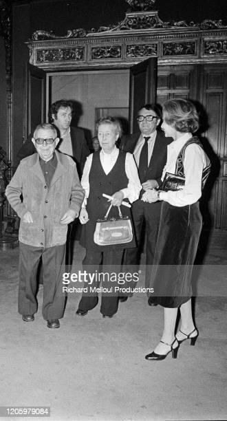 A l'Ambassade d'Israël l'Ambassadeur M Gazit a remis à JeanPaul Sartre le titre de Docteur Honoris Causa de l'Université de Jérusalem en présence de...
