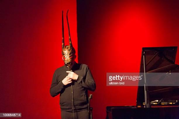 Lambert der deutsche Pianist Komponist und Produzent der in der Öffentlichkeit stets mit einer sardinischen Stiermaske auftritt bei einem Konzert im...