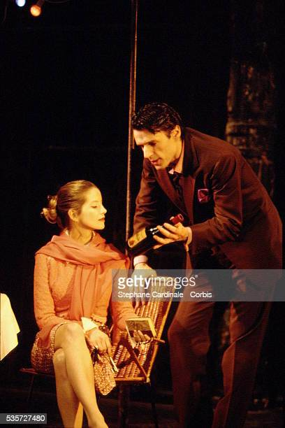 Lambert Wilson et Laure Marsac sur la scène du théâtre des Bouffes du Nord.