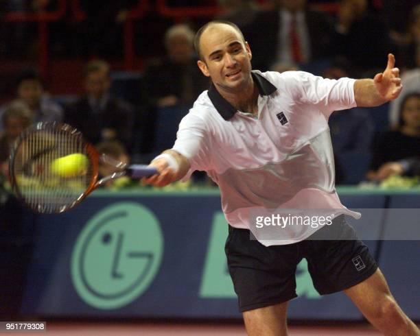 l'Americain Andre Agassi reprend un service de l'Australien Mark Phillipoussis le 05 novembre 1999 au Palais Omnisports de ParisBercy en quart de...
