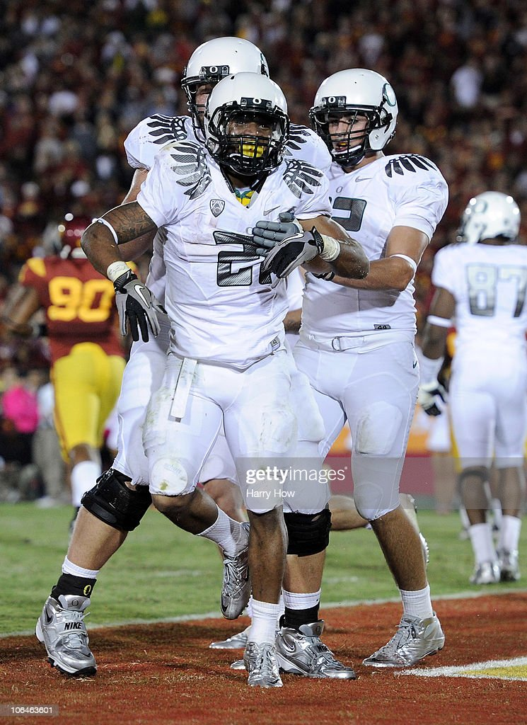 LaMichael James #21 of the Oregon Ducks celebrates his touchdown with David Paulson #42 and Mark Asper #79 for a 43-32 lead over the USC Trojans during the fourth quarter at Los Angeles Memorial Coliseum on October 30, 2010 in Los Angeles, California.