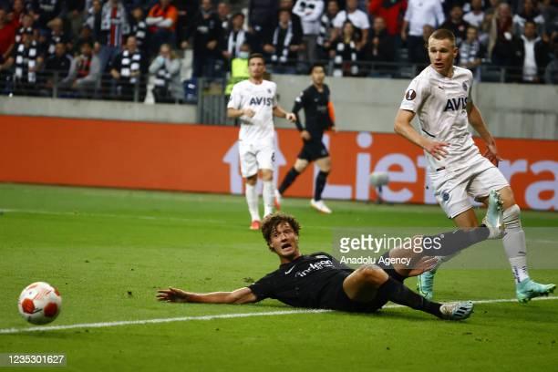 Lammers of Eintracht Frankfurt in action against Atilla Szalai of Fenerbahce during the UEFA Europa League group D match between Eintracht Frankfurt...