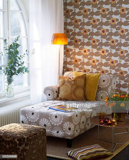 a lamp and an armchair - kitsch - fotografias e filmes do acervo