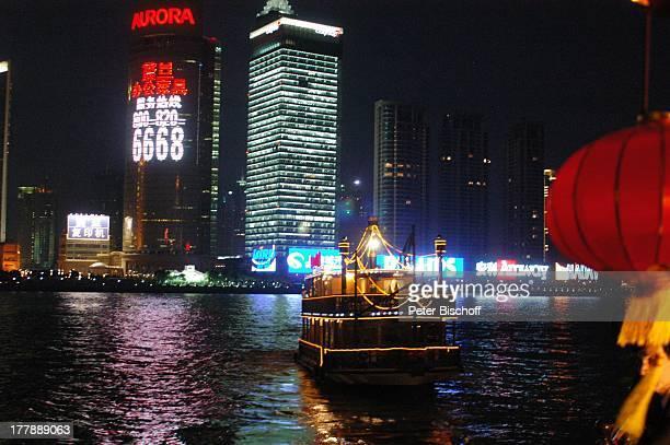 Lampion Restaurant Schiff Aurora Plaza City Group Bank Shanghai Stadtteil Pudong Shanghai China Asien Nacht nachts Boot Schiff Leuchtreklamen...