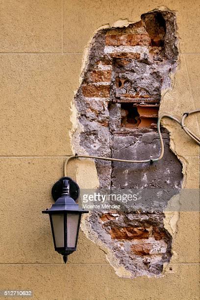 lamppost and chipped on the facade - vicente méndez fotografías e imágenes de stock