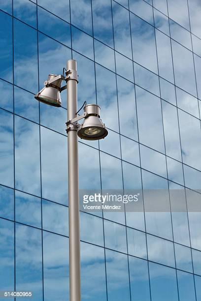lamppost and cloud reflections in building - vicente méndez fotografías e imágenes de stock