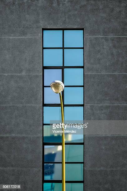lamppost and reflections - vicente méndez fotografías e imágenes de stock