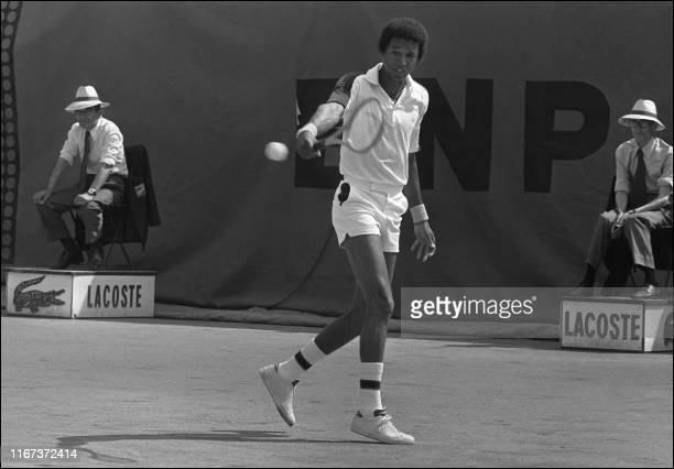 L'américain Arthur Ashe arme son revers le 08 juin 1976, face à Balazs Taroczy, lors des Internationaux de France de tennis au stade Roland Garros à...
