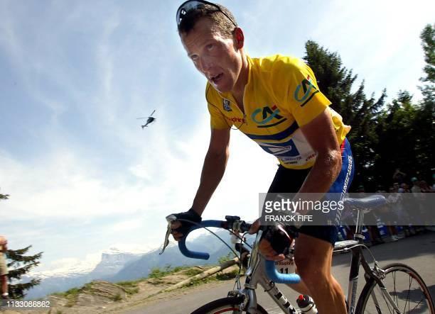 L'Américain Lance Armstrong roule, le 15 juin 2002 dans le col de Joux Plane, avant de franchir la ligne d'arrivée de la 6e étape de la 54e édition...