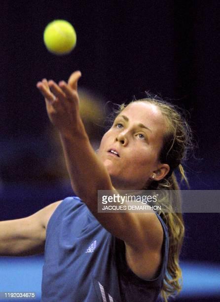 l'américaine Meghann Shaughnessy arme son service pour la Bulgare Magdalena Maleeva le 09 février 2001 au stade Pierre de Coubertin a Paris lors des...