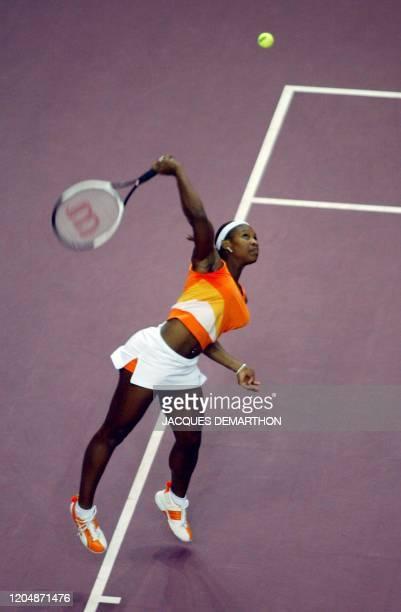 l'américaine Serena Williams effectue un service le 07 février 2003 au stade Pierre de Coubertin à Paris lors du match l'opposant à la Slovaque...