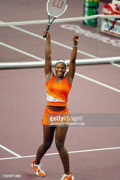 l'Américaine Serena Williams jubile après sa victoire face à la Française Amélie Mauresmo le 09 février 2003 au stade Pierre de Coubertin à Paris à...